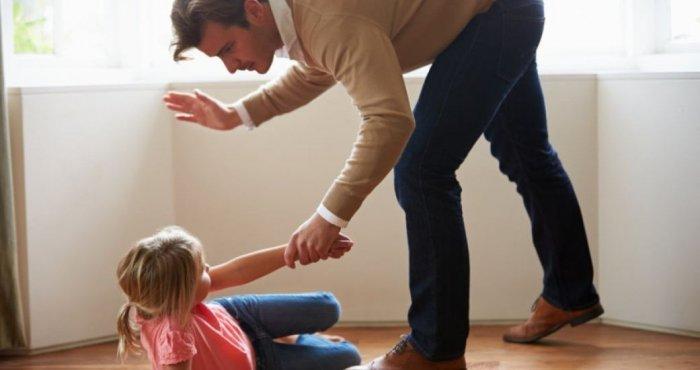 Избиение ребенка родителями, няней, отцом: причины, мотивы, а также как доказать, куда обращаться и что грозит за побои детей?
